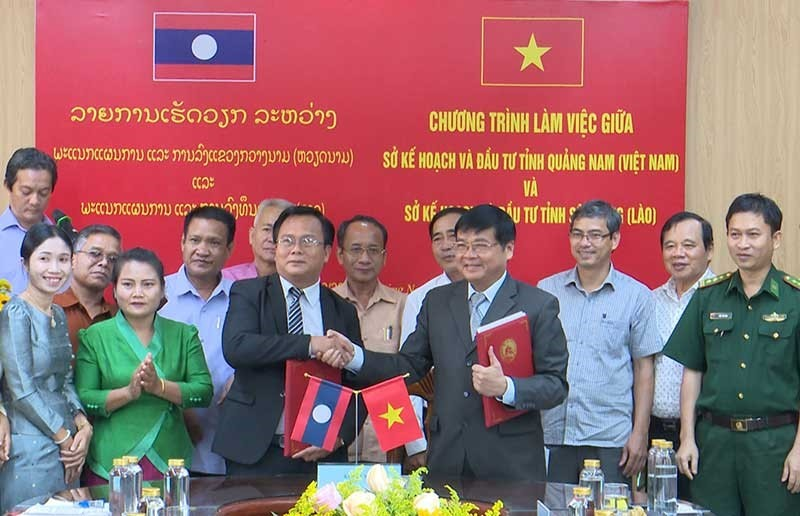 The signing ceremony of cooperative program between Quang Nam and Sekong.