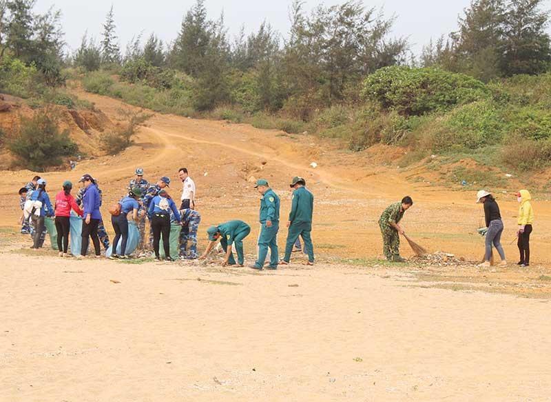Ra quân dọn vệ sinh môi trường ở Núi Thành. Ảnh: Văn Phin