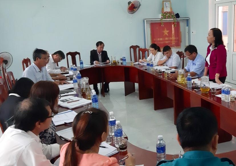 Quang cảnh buổi làm việc giữa Đoàn giám sát của HĐND tỉnh với lãnh đạo xã Duy Trung diễn ra sáng nay 31.10. Ảnh: H.N