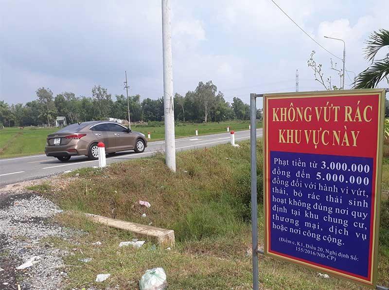 Phường Trường Xuân xây dựng các bảng quy định cấm đổ rác dọc tuyến đường Điện Biên Phủ. Ảnh: X.T