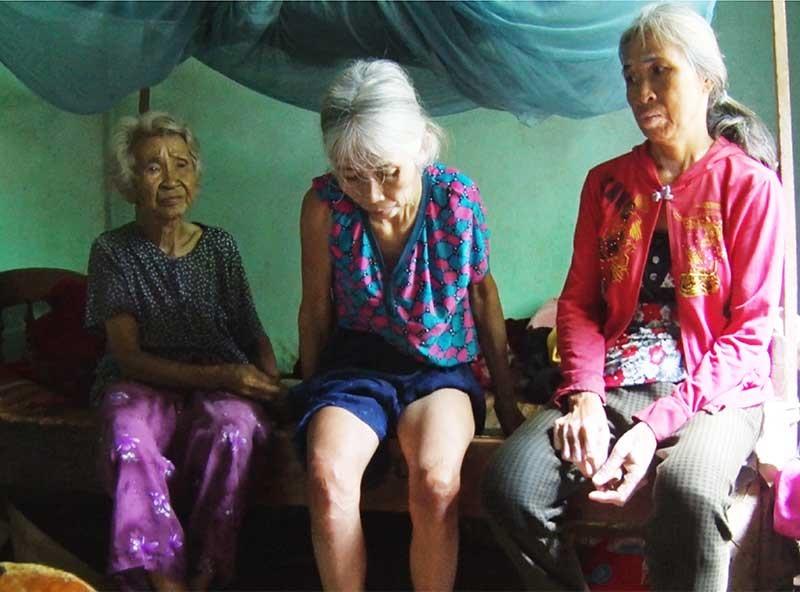 Cụ Võ Thị Mai đã 81 tuổi vẫn gồng gánh nuôi hai con gái bị bệnh thần kinh. Ảnh: Q.V