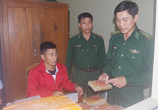 Lực lượng chức năng lập biên bản lượng ma túy thu giữ được. Ảnh: H.A