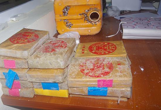 Các gói hê rô in được phát hiện chứa trong can nhựa màu vàng. Ảnh: H.A