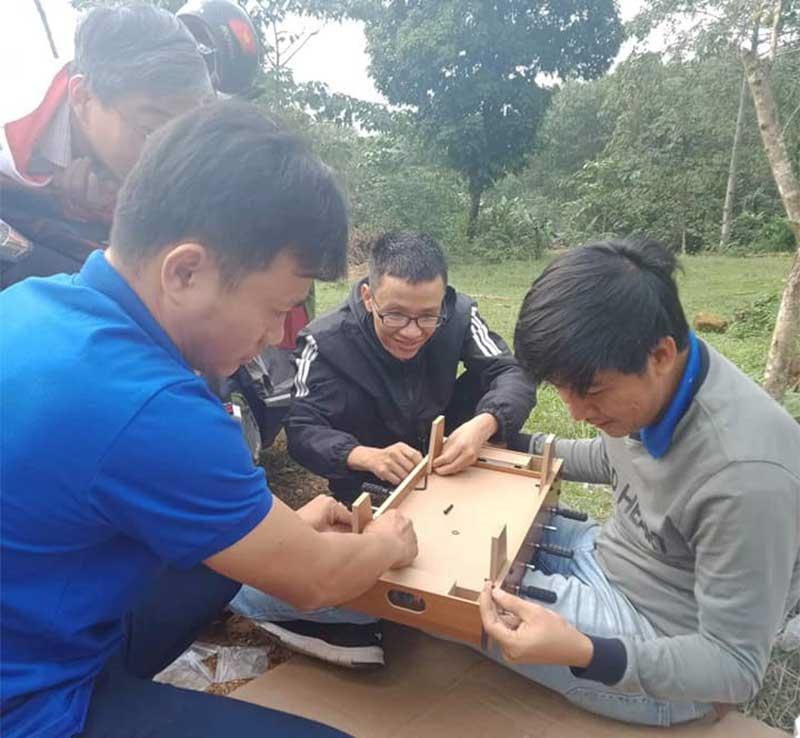 Lắp ráp trò chơi cho trẻ em tại làng Suối Dưa.Ảnh: N.Q