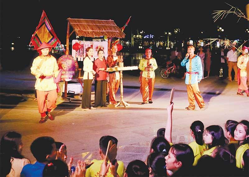 Đoàn Dân ca kịch Quảng Nam biểu diễn hô hát bài chòi phục vụ khán giả Tp. Tam Kỳ. Ảnh: PHƯƠNG THẢO