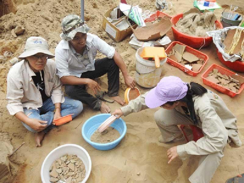 Khai quật tại di tích Thanh Chiếm.