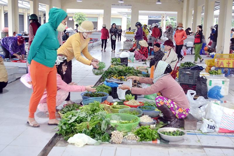 Khu vực kinh doanh thực phẩm tươi sống, rau củ quả tại chợ mới Phong Thử. Ảnh: C.TÚ