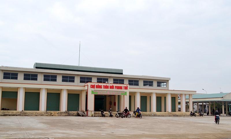 Chợ nông thôn mới Phong Thử được xây dựng khang trang. Ảnh: CÔNG TÚ