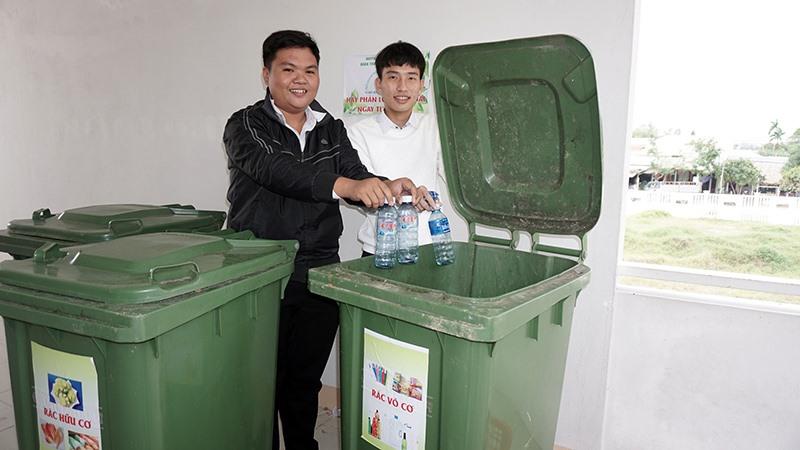 Học sinh Trường THPT Hồ Nghinh phân loại rác tại trường học. Ảnh: N.TRANG