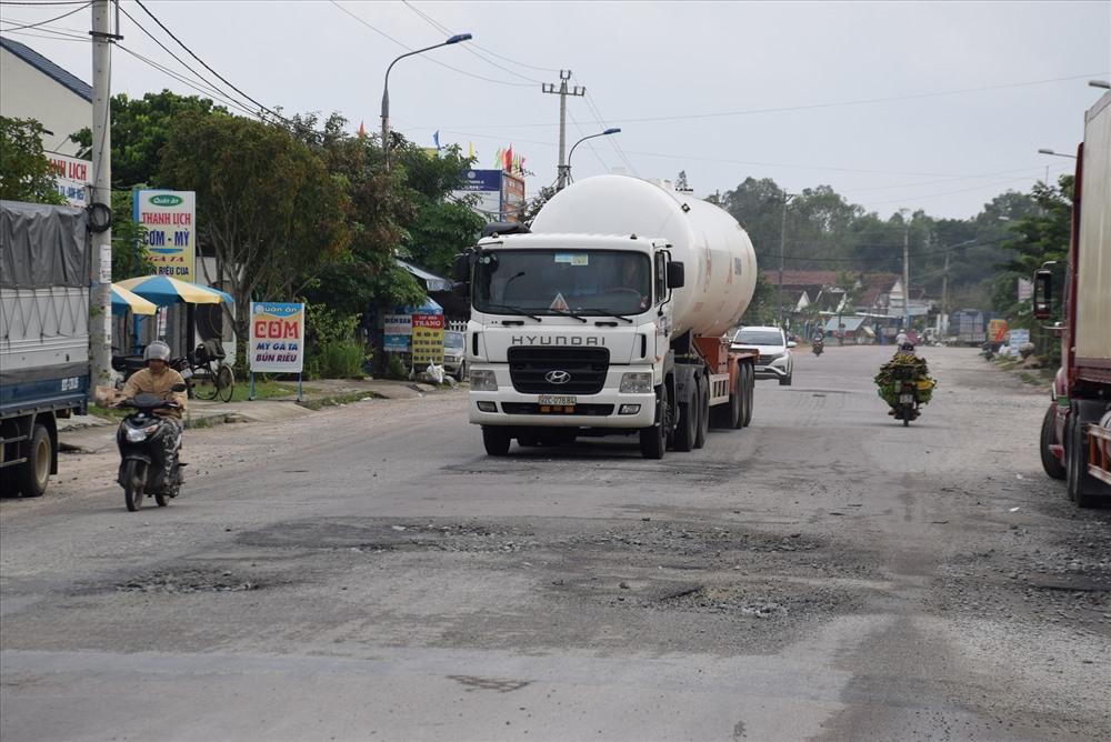 Hư hỏng mặt đường trên quốc lộ 40B đoạn qua xã Tam Thái, Phú Ninh. Ảnh: THANH THẮNG
