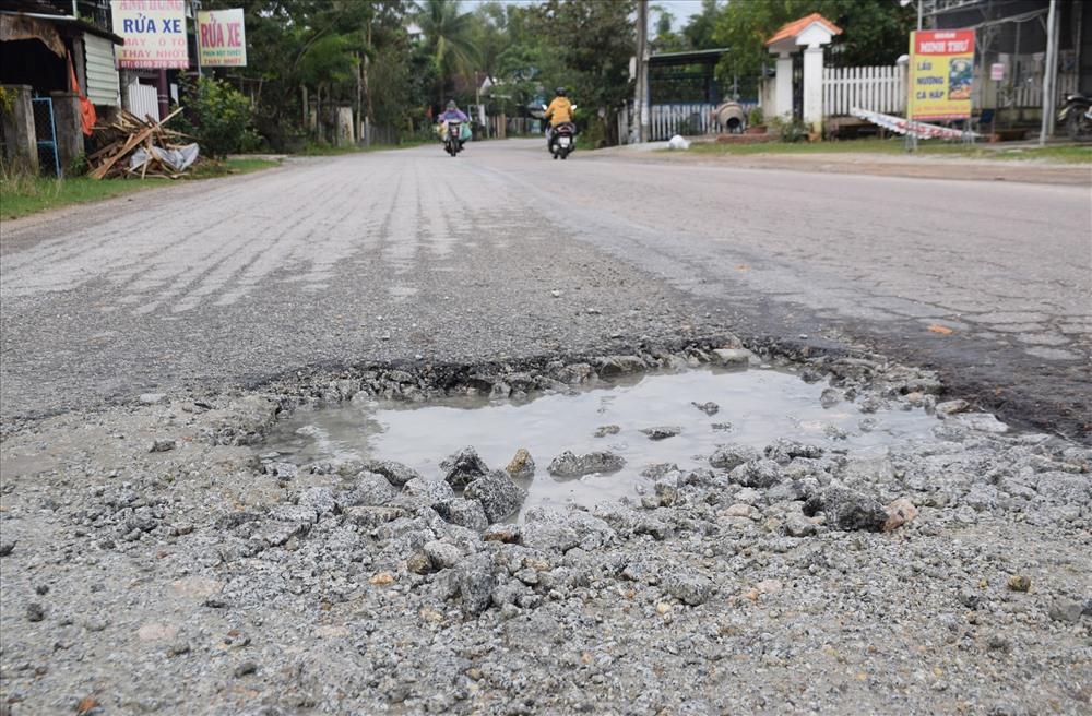 Tình trạng hư hỏng trên tuyến quốc lộ 40B xuất hiện đã lâu nhưng chưa được khắc phục. Ảnh: THANH THẮNG