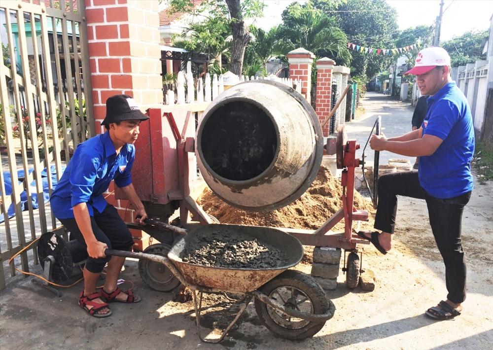 ĐVTN phường Điện Ngọc xây dựng công trình vườn hoa xóm trọ thanh niên công nhân. Ảnh: THÁI CƯỜNG
