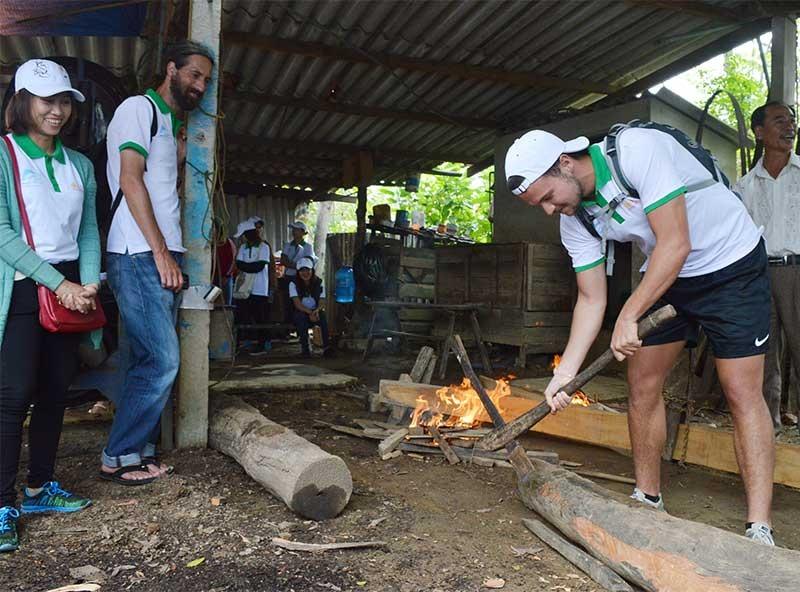 Du khách trải nghiệm nghề tại làng mộc Kim Bồng. Ảnh: K.L