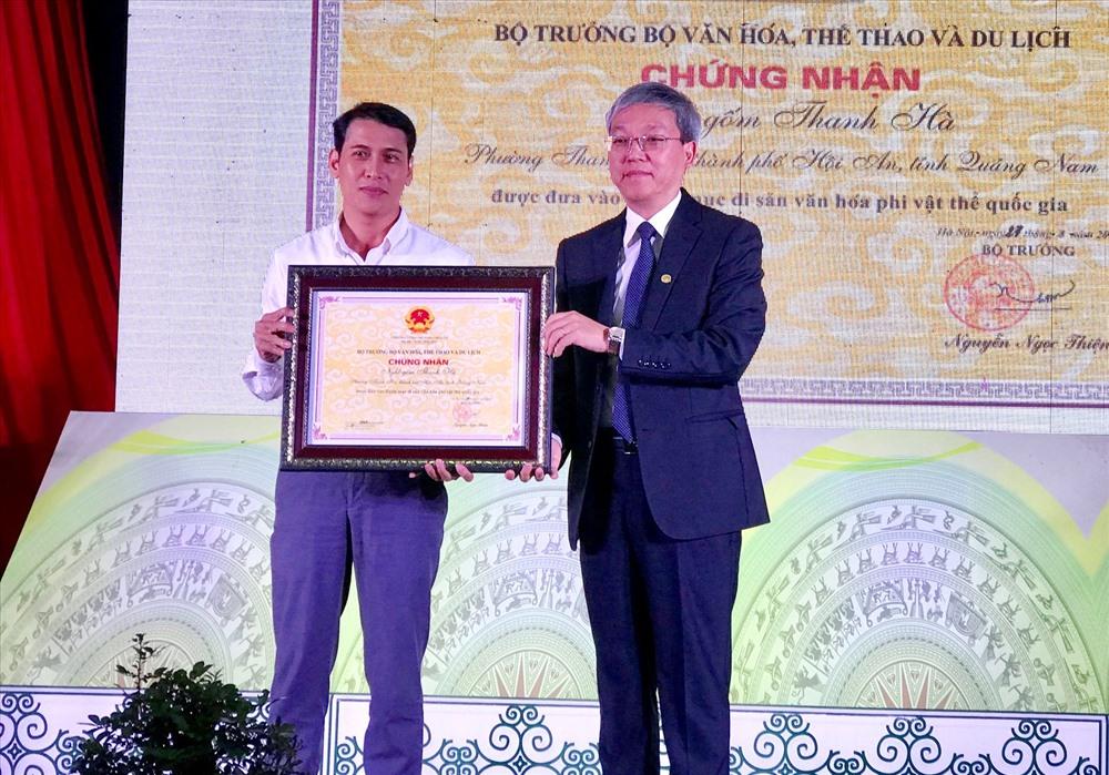 Lãnh đạo Cục Di sản văn hóa (phải) trao Bằng công nhận nghề gốm Thanh Hà là Di sản văn hóa phi vật thể cấp quốc gia cho đại diện làng gốm. Ảnh: Q.T