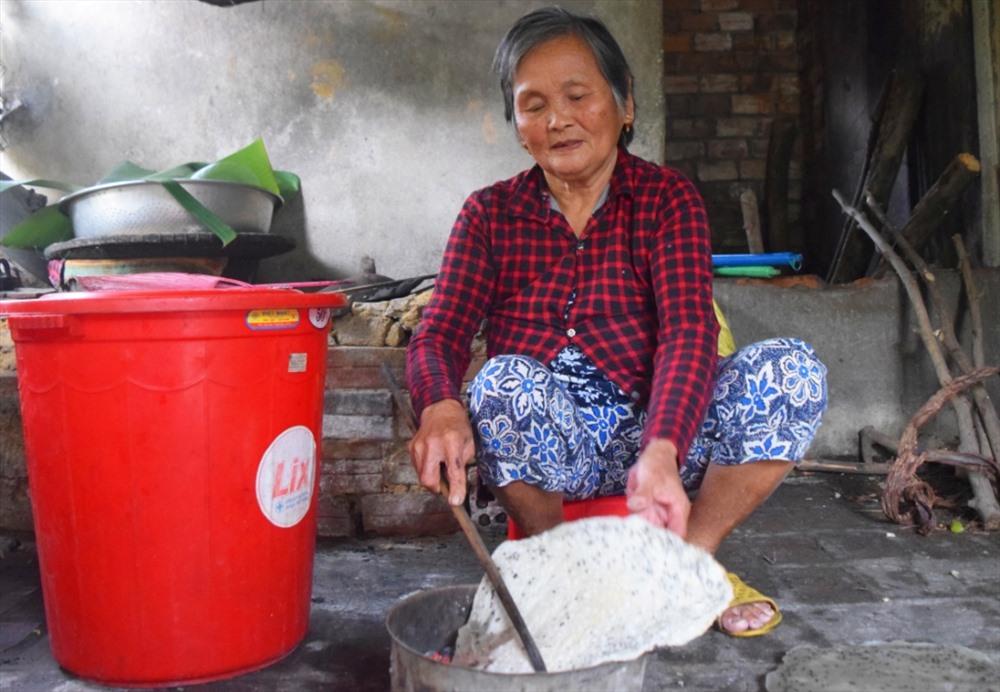 Ở tuổi 77, bà Đinh Thị Cả vẫn còn minh mẫn để giúp con cháu. Ảnh: THÁI CƯỜNG
