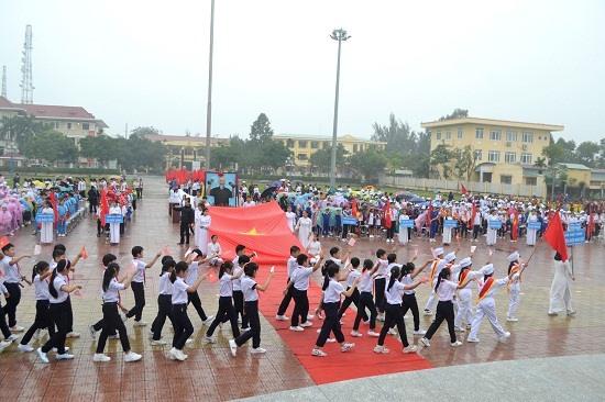 Các đoàn diễu hành qua lễ đài. Ảnh: C.T