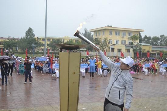 Bí thư Thị ủy Điện Bàn - ông Đặng Hữu Lên đốt đuốc khai mạc HKPĐ. Ảnh: C.T