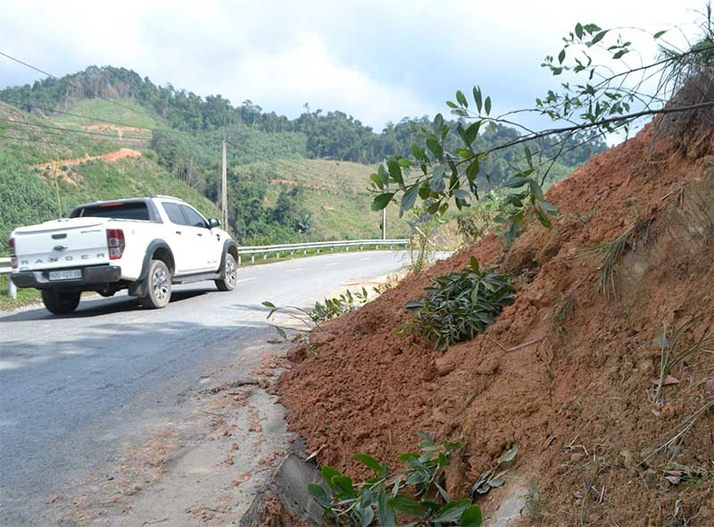 Sạt lở taluy dương lấp mương thoát nước và tràn ra đường trên QL14G, đoạn qua xã A Ting (Đông Giang). Ảnh: C.T