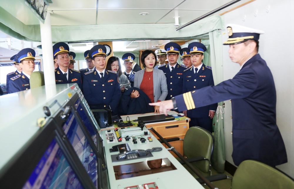 Cán bộ lực lượng CSB Việt Nam tham quan tàu của LLBVBB Nhật Bản. Ảnh: NAM TRUNG