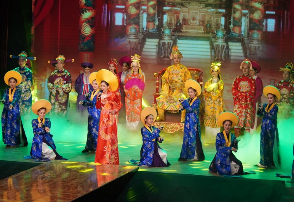 Tái hiện áo dài trong lễ hội cung đình Huế. Ảnh: T.C