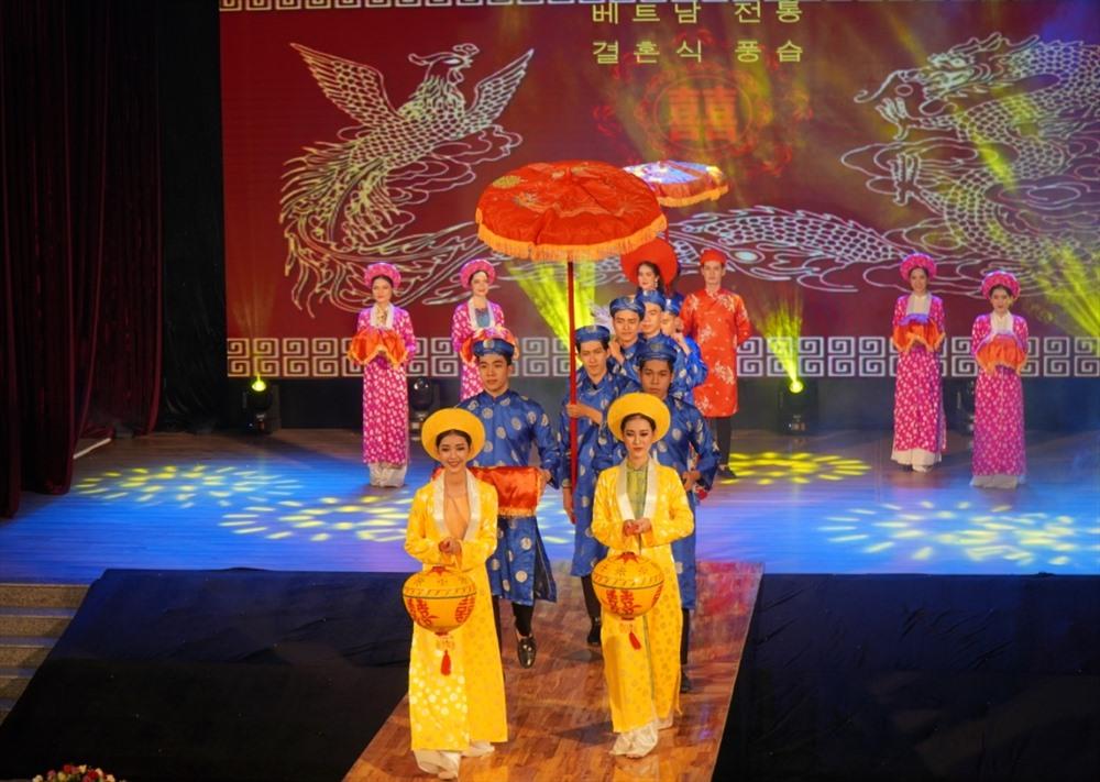 Trang phục áo dài luôn hiện diện trong đám cưới truyền thống của người Việt Nam. Ảnh: T.C