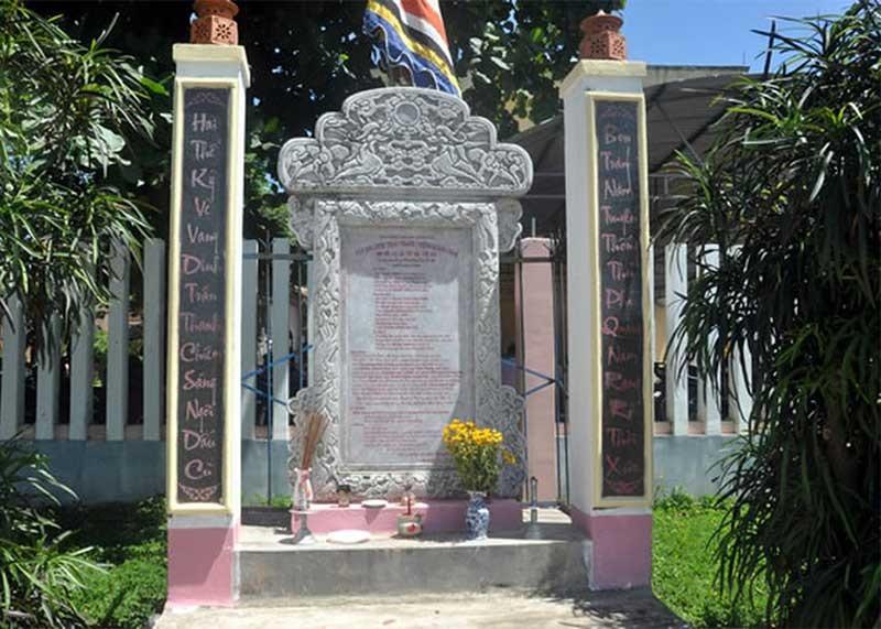 Bia dinh trấn Thanh Chiêm được người dân dựng lên ở thôn Thanh Chiêm 1 (xã Điện Phương).