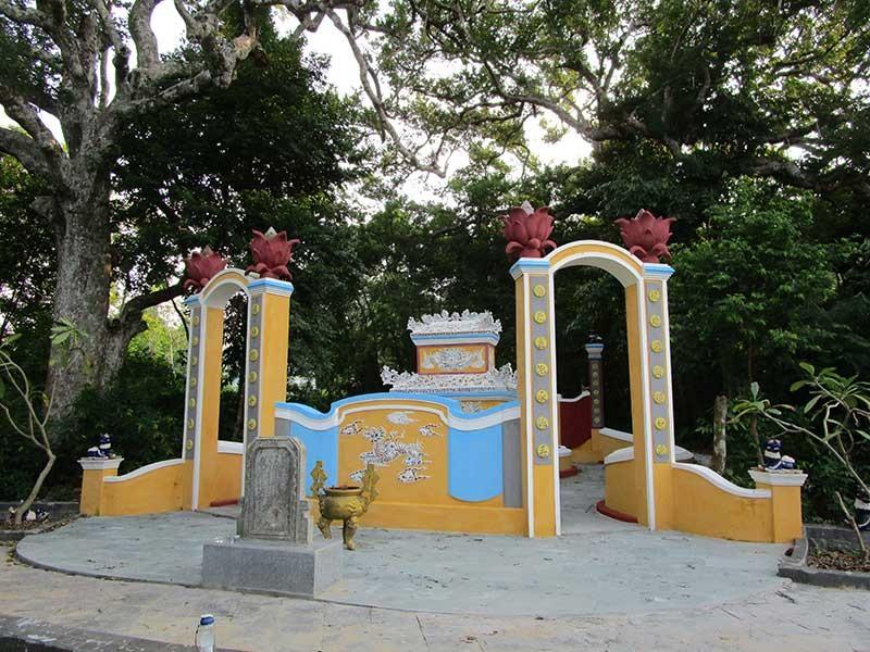 Mặt trước mộ Thủy tổ tộc Lê ở Trường Xuân. Ảnh: Phú Bình