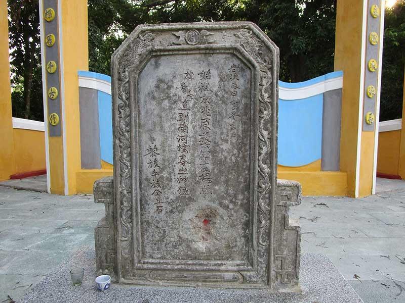 Tấm bia năm Bính Thân 1956 trước mộ tiền hiền làng Trường Xuân.