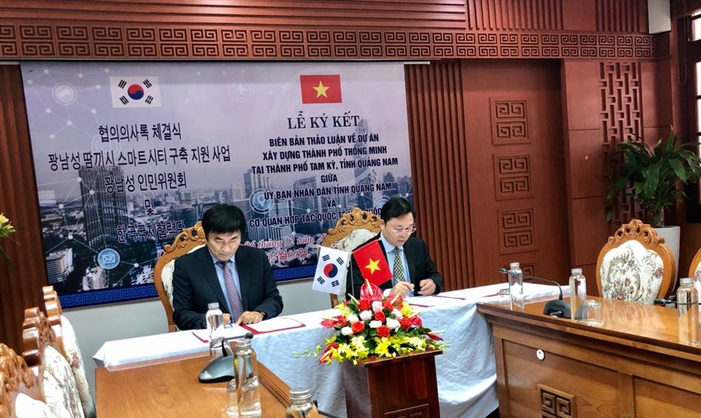 Chairman of Quang Nam People's Committee Le Tri Thanh (R) and Country Director of KOICA in Vietnam Kim Jinoh at the signing ceremony. Photo: quangnam.gov.vn