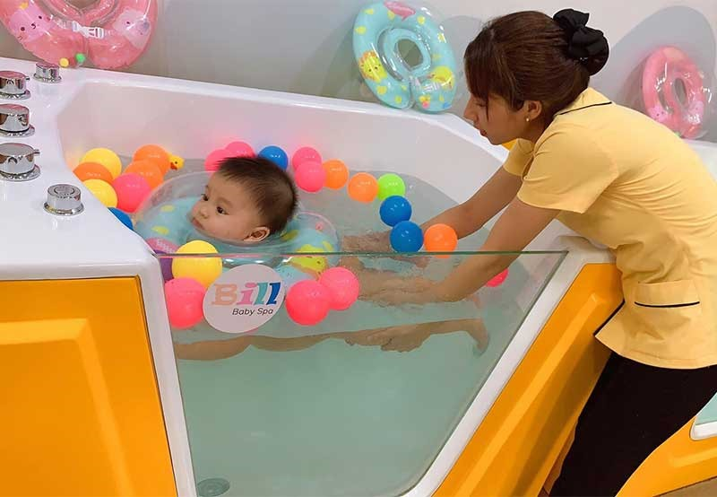 Bé thích thú khi được bơi trong hồ thủy liệu tại spa Bill Baby. Ảnh: K.L