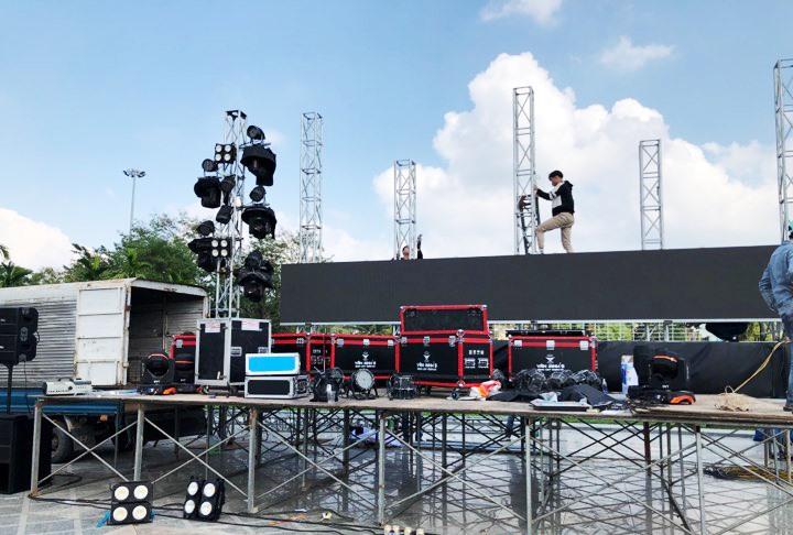 Khẩn trương lắp ráp màn hình Led 32m2 tại Quảng trường 24.3. Ảnh: PHAN VINH