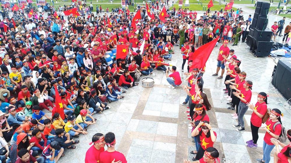 Người hâm mộ cổ vũ đội tuyển bóng đá nam Việt Nam tại Quảng trường 24.3 vào năm 2018. Ảnh: PHAN VINH