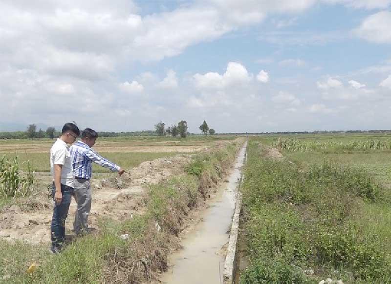 Nhiều nông dân ở Thăng Bình đang lo lắng không đủ nước tưới sản xuất mặc dù hệ thống kênh mương thủy lợi đã được đầu tư, gia cố. Ảnh: TOÀN TÂN