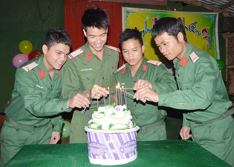 Đại đội Công binh tổ chức sinh nhật cho chiến sĩ. Ảnh: D.LÊ