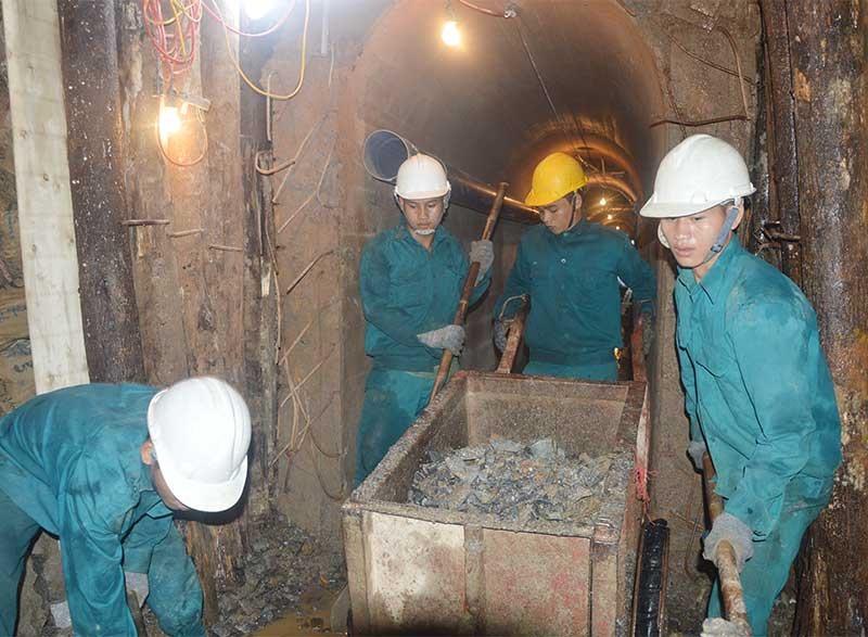 Chiến sĩ công binh thi công trong đường hầm. Ảnh: D.LÊ