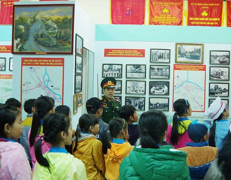 Học sinh Quảng Nam tham quan Phòng truyền thống Lữ đoàn 574. Ảnh: N.DIỆP