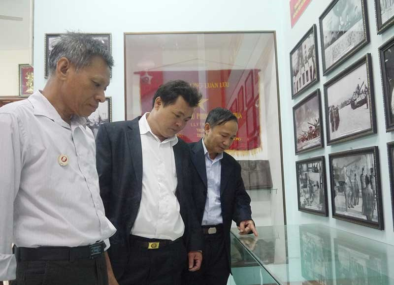 CCB Lữ đoàn 574 giới thiệu lai lịch hiện vật trưng bày tại Phòng truyền thống đơn vị. Ảnh: N.DIỆP