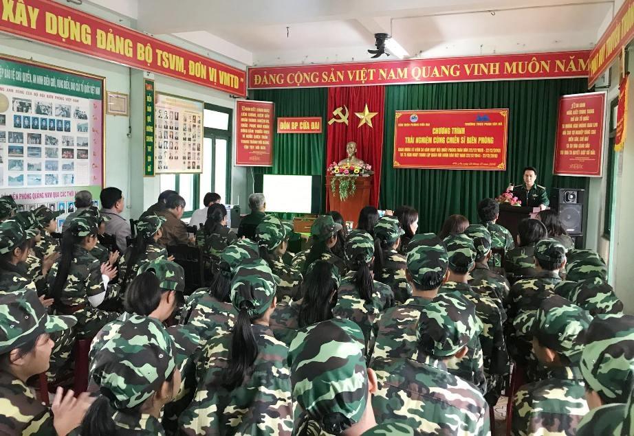 Truyền đạt về truyền thống quân đội, bộ đội biên phòng đến học sinh. Ảnh: HỒNG ANH