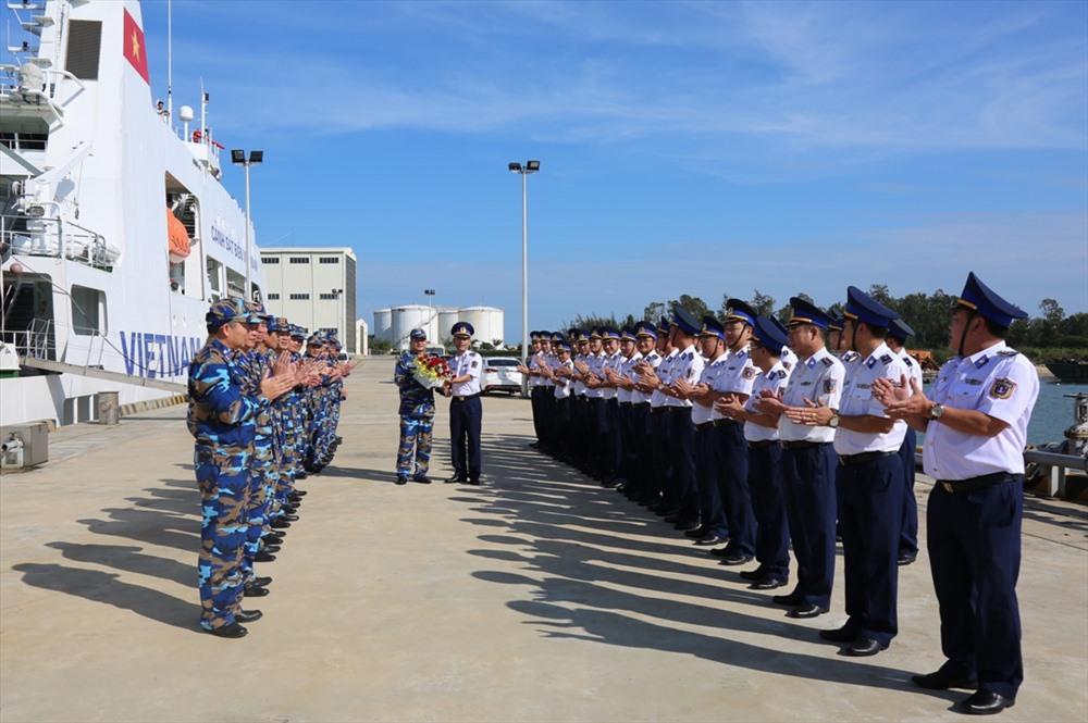 Thủ trưởng Bộ Tư lệnh Vùng CSB 2 chúc mừng đoàn công tác và tàu CSB 8002 hoàn thành tốt chuyến thăm tại Nhật Bản. Ảnh: T.C