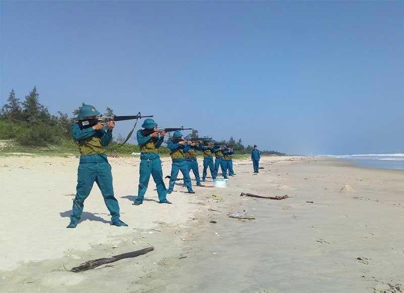 Lực lượng dân quân biển tham gia công tác huấn luyện. Ảnh: VĂN TOÀN
