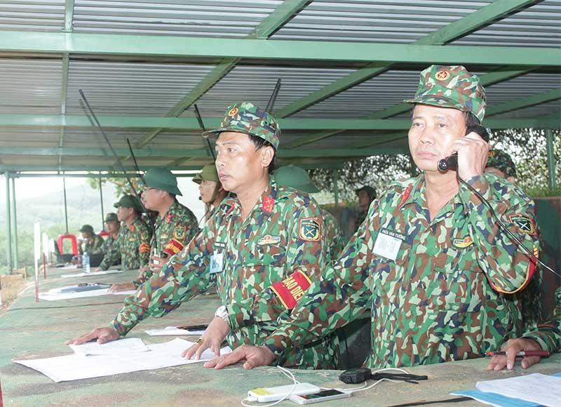 Đại tá Hứa Văn Tưởng - Chỉ huy trưởng Bộ Chỉ huy Quân sự tỉnh tổng đạo diễn thực binh bắn đạn thật trong diễn tập QNa-19. Ảnh: TUẤN ANH