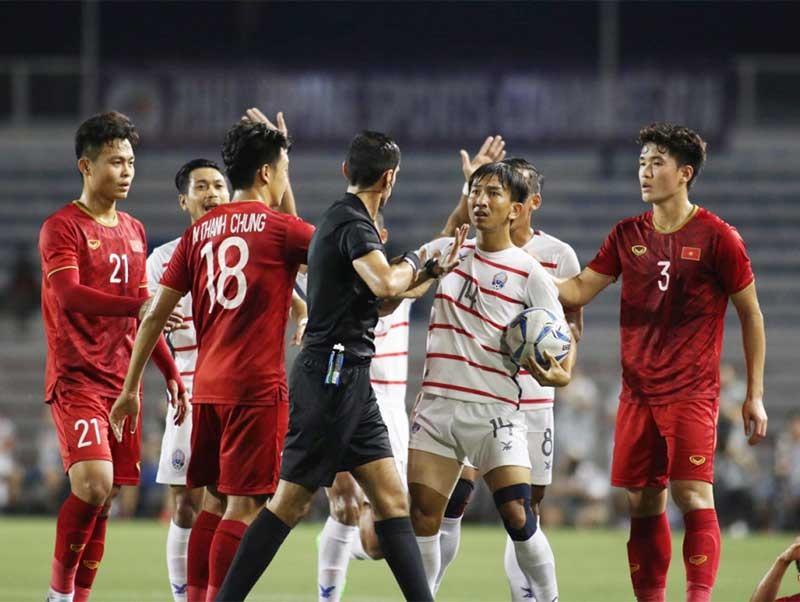 HLV Campuchia đổ lỗi cho trọng tài sau trận thua đậm U22 Việt Nam tại bán kết SEA Games. Ảnh: Internet