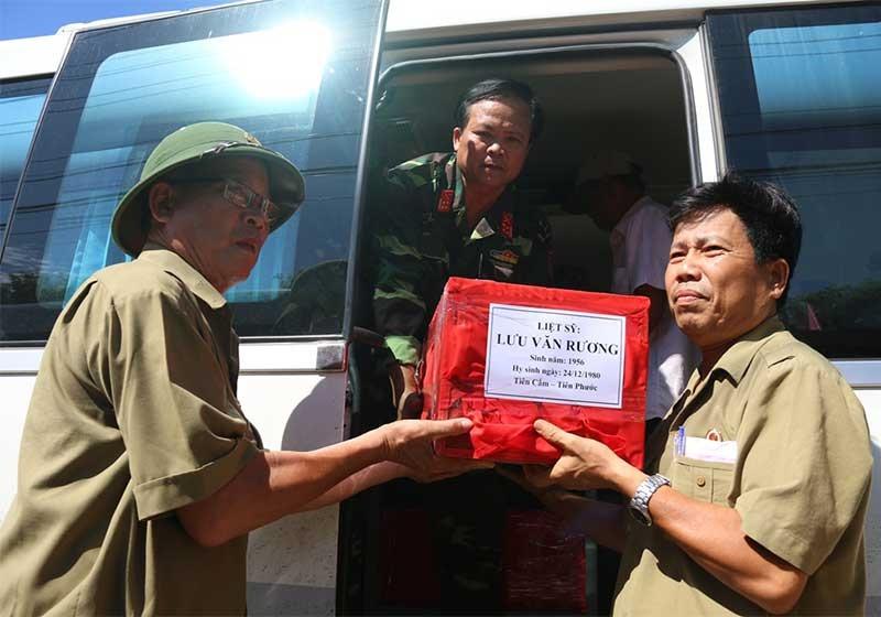 Đại tá Nguyễn Quang Ngọc (đứng trên xe) trong lần quy tập hài cốt liệt sĩ năm 2017.