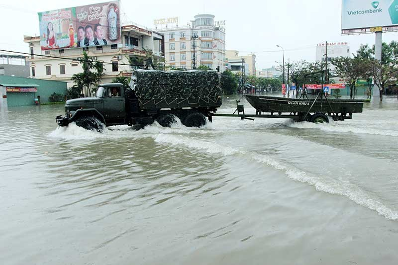 Xe quân đội đưa ca nô đi cứu dân trong đợt mưa ngập lịch sử ở Tam Kỳ vào tháng 12.2018. Ảnh: T.C