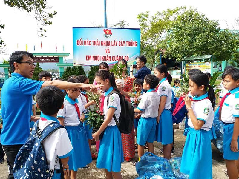"""Ngày hội """"Đổi rác thải nhựa lấy cây trồng"""" tại Trường Tiểu học Phạm Phú Thứ. Ảnh: T.T"""
