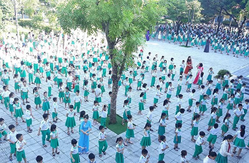 """Niềm hạnh phúc của học sinh là """"mỗi ngày đến trường là một ngày vui"""". TRONG ẢNH: Học sinh Trường Tiểu học Lê Thị Hồng Gấm (Tam Kỳ) tập thể dục đầu giờ. Ảnh: C.N"""