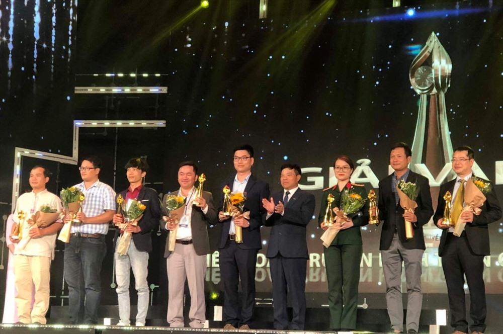 """Tác giả Tấn Sỹ (thứ 4 trái sang) đại diện nhận giải vàng đối với tác phẩm """"Rời núi"""". Ảnh: T.S"""