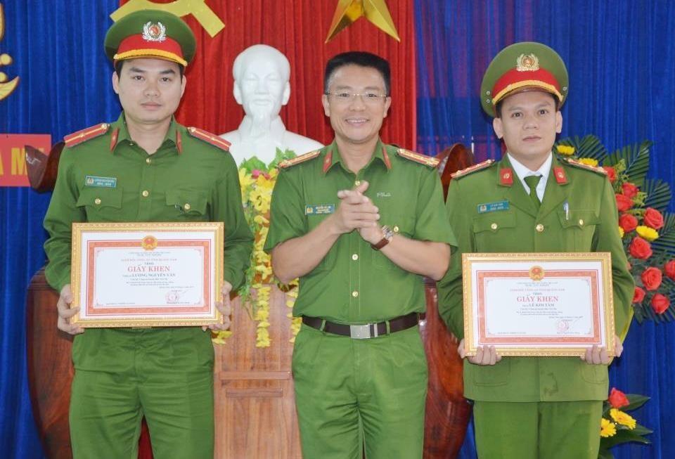 Đại tá Nguyễn Hà Lai - Phó Giám đốc Công an tỉnh trao giấy khen cho 2 cá nhân Công an huyện Bắc Trà My. Ảnh: M.T