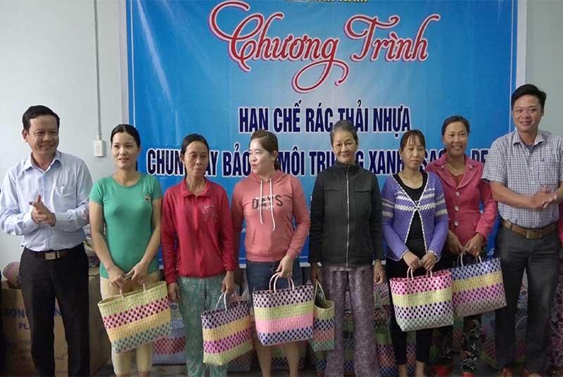 Bình Nam trao giỏ xách cho hội viên phụ nữ. Ảnh: GIANG BIÊN