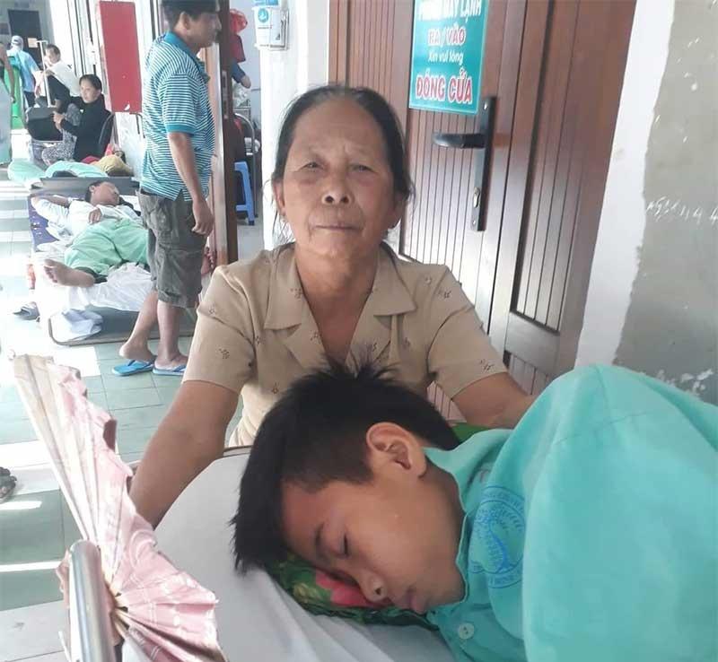 Cậu học trò mồ côi Nguyễn Hữu Trung bị u ác tính chi dưới xương đùi trái. Ảnh: N.T